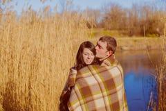 Pares no amor perto do rio na primavera Fotografia de Stock Royalty Free