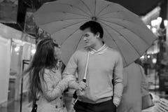 Pares no amor que anda na chuva discussão fotografia de stock royalty free