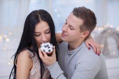 Pares no amor que come o bolo doce imagens de stock royalty free