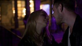 Pares no amor que está o clube noturno próximo e que fala, primeira data, relacionamento video estoque