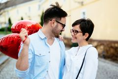 Pares no amor que guarda corações vermelhos dos baloons no dia de são valentim Fotos de Stock Royalty Free