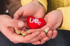 Pares no amor que guarda o coração Fotos de Stock Royalty Free