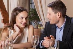 Pares no amor que tem o jantar foto de stock royalty free