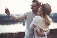 Pares no amor que toma selfies ao viajar Imagens de Stock
