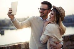 Pares no amor que toma selfies ao viajar Fotos de Stock Royalty Free