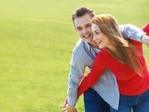 Pares no amor Retrato de pares novos atrativos fora Fotografia de Stock Royalty Free