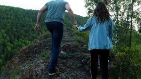 Pares no amor no trajeto da montanha video estoque