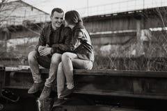 Pares no aperto do amor Os sorrisos do indivíduo Foto de Stock Royalty Free