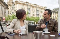 Pares no café bebendo e na fala do terraço da barra fotos de stock royalty free