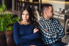 Pares no café durante o almoço Estão tomando a ofensa e estão sentando-se para trás Fotografia de Stock