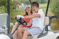 Pares no carrinho do golfe imagem de stock royalty free