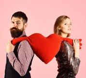 Pares no coração grande dos rasgos do amor no fundo cor-de-rosa fotografia de stock royalty free