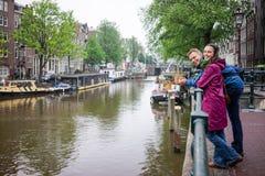Pares no dia chuvoso de Amsterdão fotografia de stock