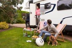Pares no feriado de Van Enjoying Barbeque On Camping imagem de stock