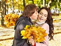 Pares no outono da tâmara ao ar livre. Imagens de Stock Royalty Free