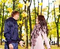 Pares no outono da tâmara ao ar livre. Fotos de Stock Royalty Free