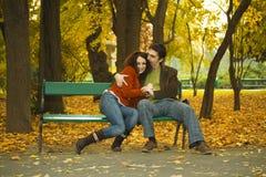 Pares no parque Imagem de Stock Royalty Free