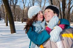 Pares no parque do inverno Imagens de Stock Royalty Free