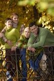 Pares no parque do outono fotografia de stock royalty free