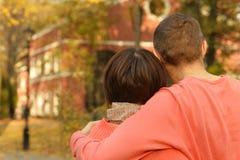 Pares no parque do outono Foto de Stock Royalty Free