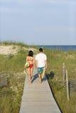 Pares no passeio à beira mar Fotos de Stock Royalty Free
