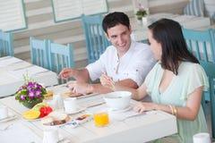 Pares no pequeno almoço imagens de stock royalty free
