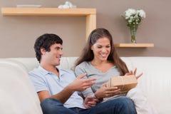 Pares no sofá com pacote Fotografia de Stock