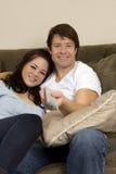 Pares no sofá Fotografia de Stock Royalty Free