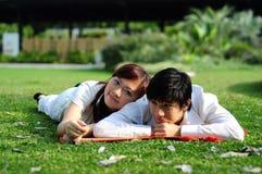 Pares no tempo da despesa do amor no parque 2 Imagens de Stock