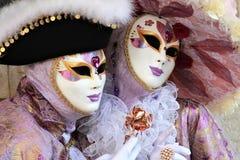 Pares nobles y elegantes enmascarados Foto de archivo libre de regalías