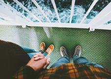 Pares nos pés do homem e da mulher do amor que guardam as mãos que estão junto Fotografia de Stock Royalty Free