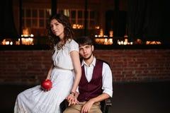 Pares, novio y novia elegantes de la boda junto Imagen de archivo