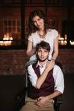 Pares, novio y novia elegantes de la boda junto Fotos de archivo
