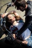 Pares novos à moda no amor que passa o tempo junto na motocicleta fotos de stock royalty free