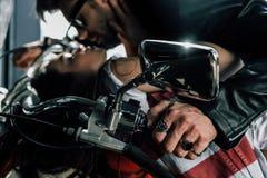 Pares novos à moda que beijam na motocicleta Fotografia de Stock Royalty Free