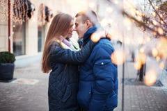 Pares novos alegres em uma rua da cidade Fotos de Stock Royalty Free