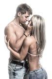 Pares novos apaixonado no amor na obscuridade Fotos de Stock Royalty Free