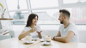 Pares novos atrativos em uma data em um café foto de stock