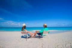 Pares novos atrativos que apreciam férias de verão na praia tropical Fotografia de Stock Royalty Free