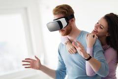 Pares novos atrativos que tentam auriculares da realidade virtual Foto de Stock Royalty Free
