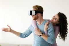 Pares novos atrativos que tentam auriculares da realidade virtual Imagens de Stock Royalty Free