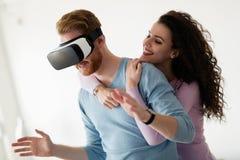 Pares novos atrativos que tentam auriculares da realidade virtual Imagem de Stock