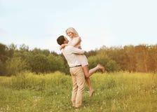 Pares novos bonitos no amor Fotos de Stock
