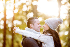 Pares novos bonitos no amor, abraçando Natureza ensolarada do outono Imagens de Stock Royalty Free