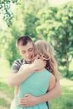Pares novos bonitos no amor, mulher de abraço do homem, sentimentos mornos foto de stock royalty free