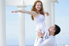 Pares novos bonitos no amor perto do mar Imagens de Stock Royalty Free