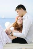 Pares novos bonitos no amor perto do mar Imagens de Stock