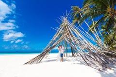Pares novos bonitos no amor que tem feriados no mar. Foto de Stock
