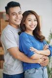 Pares novos bonitos que abraçam e que sorriem foto de stock royalty free