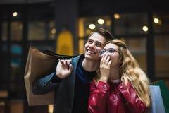 Pares novos bonitos que apreciam na compra, tendo o divertimento junto Consumição, amor, datando, conceito do estilo de vida fotografia de stock